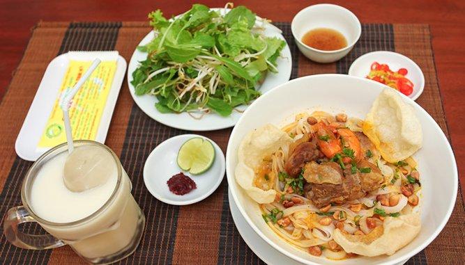 Mỳ quảng Bà Mua món ngon tại Đà Nẵng được ưa chuộng.