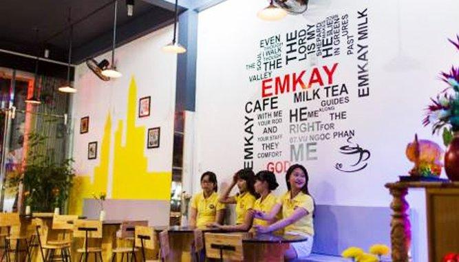 Không gian quán EmKay được thiết kế hiện đại, trẻ trung với màu vàng làm chủ đạo.