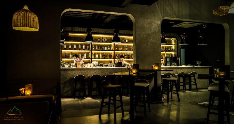 Cocktail bar vào ban đêm phục vụ các loại thức uống đặc biệt