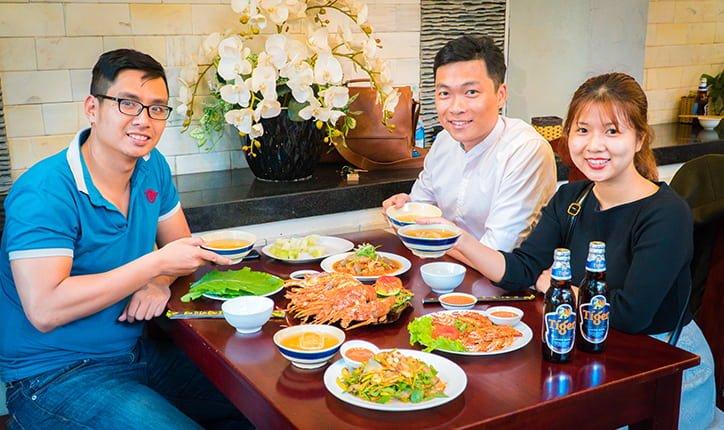 Một bàn ăn đầy ắp bao gồm tôm hùm, càng ghẹ rang muối, tôm thái lan giá chỉ 600K