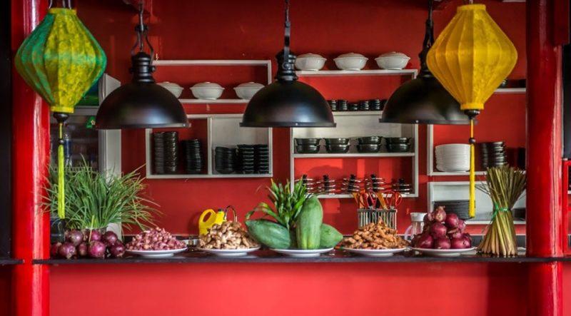 """Không gian bếp mở tại """"Cối Và Chày"""""""